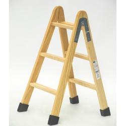 Escalera de madera con peldaño ancho